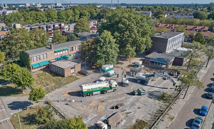 De twee onderwijsgebouwen nog naast elkaar, in september 2020. Linksboven de vroegere jongensschool 'Sint  Adelbert' die later buurthuis 't Hageltje werd. Rechts de vroegere meisjesschool 'Sint Lidwina' die later praktijkschool De Singel werd en inmiddels gesloopt is.