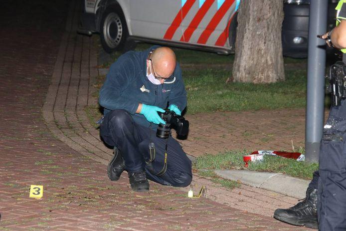 De recherche doet onderzoek in de Burgemeester Snellenstraat in Kortgene.