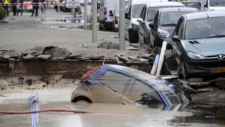 Een auto ligt in het water bij het VUmc. Beeld epa