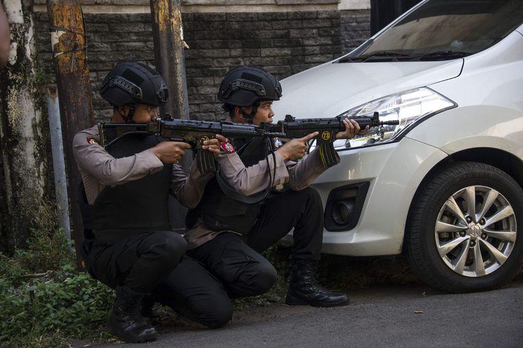 Politieagenten bewaken het politiekantoor dat eerder deze week getroffen werd door een kamikazeaanval, waarbij enkel de vier terroristen om het leven kwamen. Tien agenten raakten gewond.