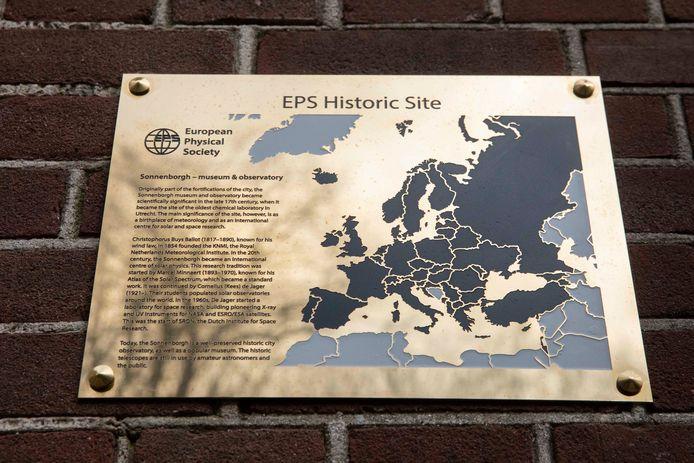 De plaquette van het EPS bij Sonnenborgh.