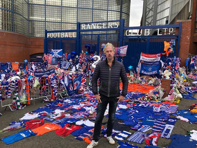 Vincent de Vries dinsdagavond voor de poort van het stadion van Glasgow Rangers.
