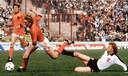 Nederland trof Oostenrijk één keer op een eindtoernooi, in 1978 bij het WK in Argentinië. Piet Wildschut aan de bal, uiterst links Johnny Rep.