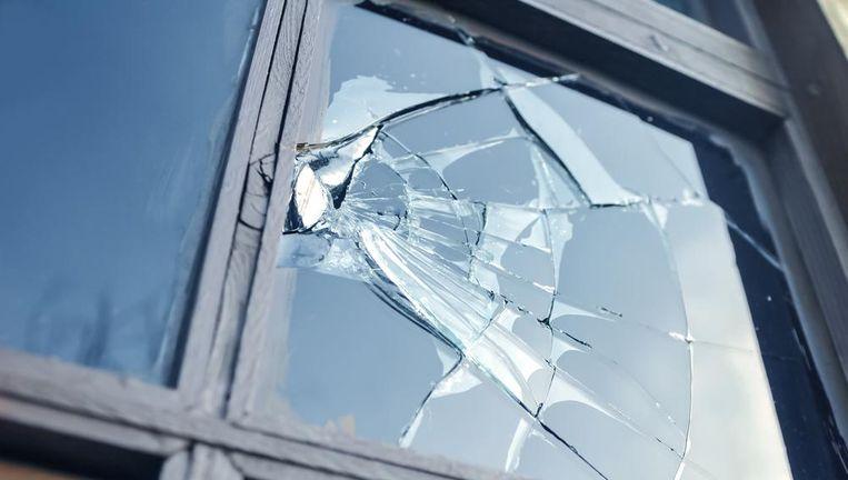 Een bal in het raam van de buren? Een typische zaak voor de familiale verzekering. Beeld Shutterstock