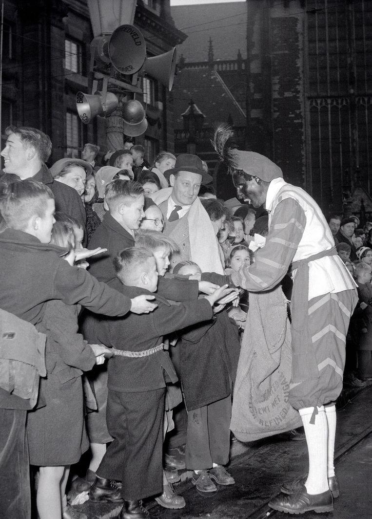 De eerste landelijke intocht in Amsterdam vond plaats in 1952 Beeld Spaarnestad