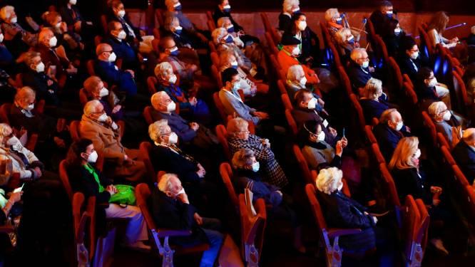 Spaanse hoogbejaarden na tweede prik samen naar theater