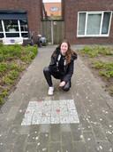 Lotte bij het ooit omstreden kunstwerk in het trottoir van de Dennenweg in Enschede.