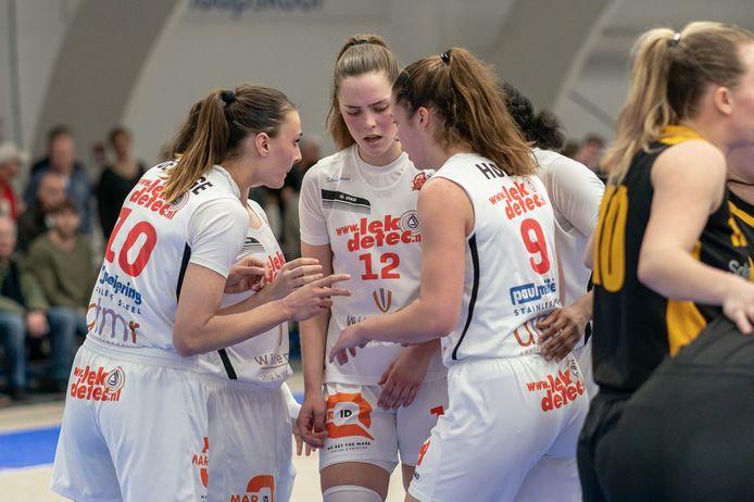 Katoo Koenen (12) in overleg met haar teamgenoten.