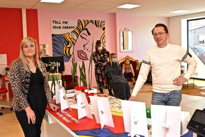 Office manager Sharon Endron en Lieven Bonamie legden enkele uitzendkrachten in de watten met een knipbeurt
