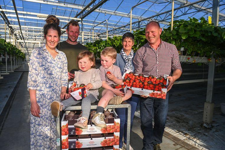 Tom Vermeiren - hier tussen zijn vrouw Evelien en kindjes Niene en Sepp - stapte vier jaar geleden in de familiezaak van zijn ouders An en Martin. Beeld Photo News