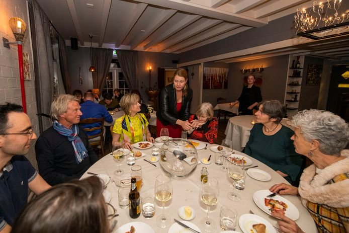 Gastvrouw Laura van Putten legt de gasten aan tafels uit welke gerechten haar partner en chefkok Rieno Bos in de keuken van Klavertje Vier in Vierhouten voor ze heeft  bereid.