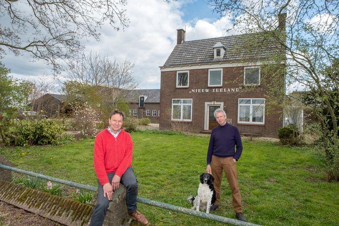 Franke Remerie (links) samen met Ted van Hees van coöperatie Land van Ons bij de boerderij Nieuw Zeeland in Millingen aan de Rijn.