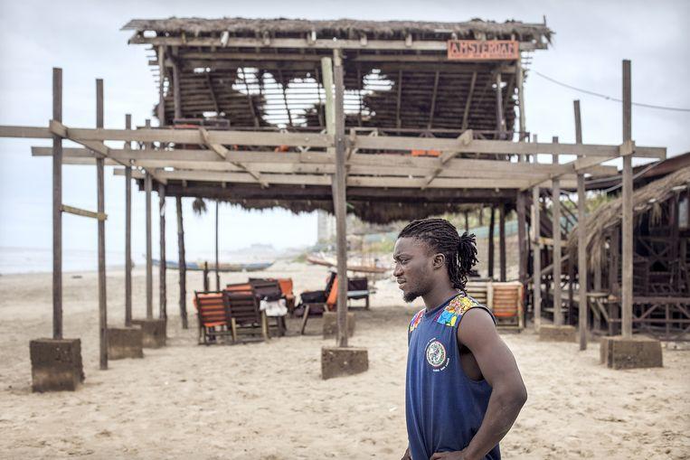 Frank Allotey bij zijn strandtent in Ghana. Beeld Sven Torfinn / de Volkskrant