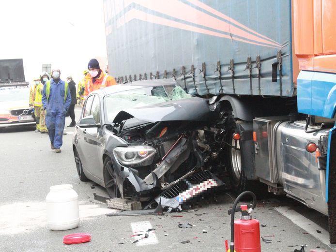 De bestuurder van deze wagen raakte gewond, maar kon de verhakkelde wagen zelf verlaten.