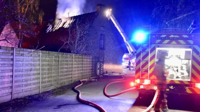 """Bewoners kunnen ontkomen aan felle brand, samen met husky's en 7 pups: """"Mijn kamer was al gevuld met rook"""""""