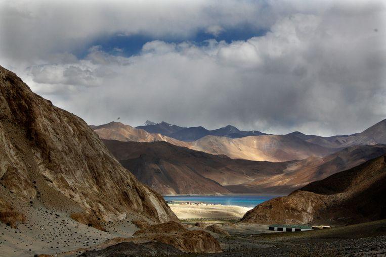 Het gletsjermeer van Pangong Tso, op de grens van Ladakh en Tibet. Beeld AP