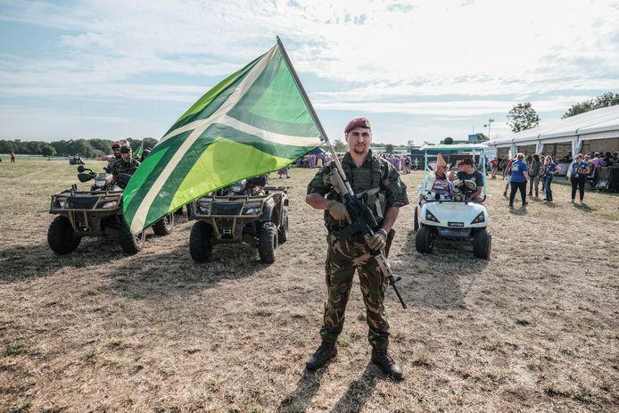 Een militair met de Achterhoekse vlag.