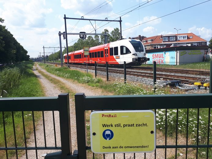 Trein van Qbuzz op de Merwedelingelijn op de trein-parkeerplaats aan de Crayensteinstraat in Dordrecht