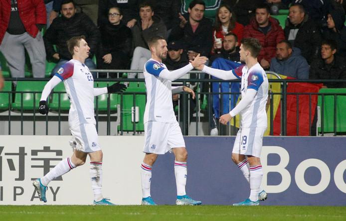 De spelers van IJsland juichen.