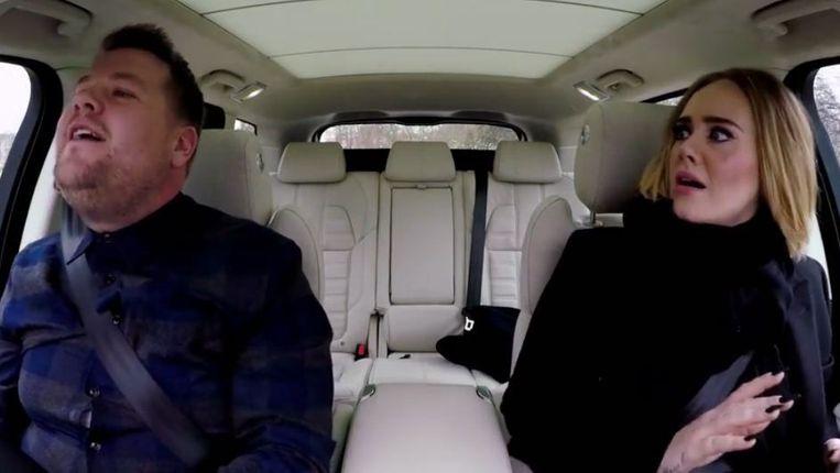 Adele verschiet zich een hoedje wanneer Corden de tweede stem van 'Hello' voor zijn rekening neemt. Beeld YouTube/ The Late Late Show
