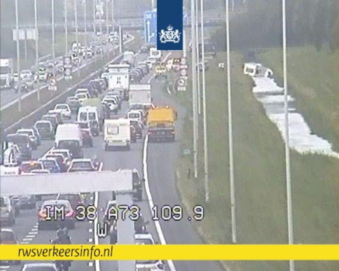 Langs de A73 bij Beuningen is een caravan in de sloot beland.