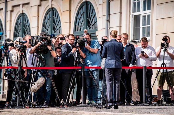 Premier Mette Frederiksen staat de pers te woord over het geannuleerde bezoek.
