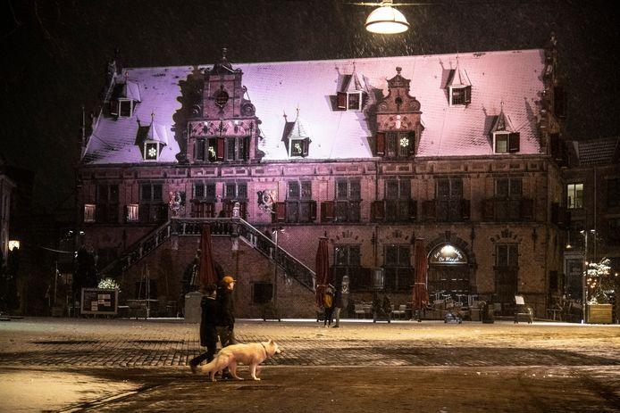 De Grote Markt met De Waagh in Nijmegen in de sneeuw.