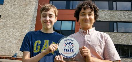 Een plakmuur in de strijd tegen zwerfafval, brugklassers Kamal en Lucas winnaars Trash Award