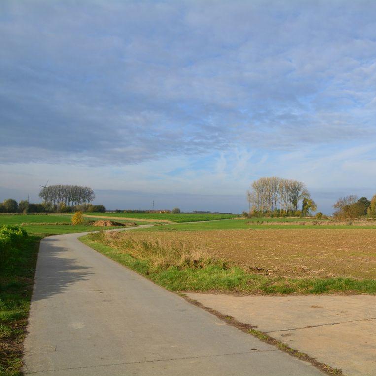 Het gemeentebestuur besliste om de kmo-zone ten noorden van de Steenweg, achter E5-mode, te herbestemmen, zodat ze grotendeels landelijk gebied blijft.