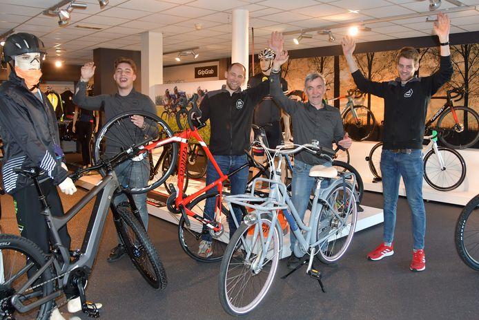 Bij het team van fietsenwinkel Profile in Axel zit de stemming er goed in. Van links naar rechts: Jochem Bekker, Arjen de Vries, Firmin de Jonghe en Peter de Braak.