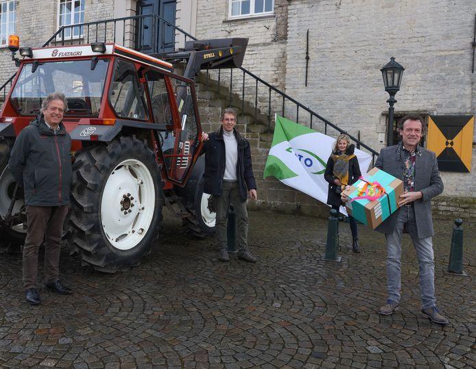 Wethouder Gino Depauw (rechts) nam de landbouwvisie in ontvangst van ZLTO'ers Gerard Mangnus, John Fassaert  en Mariska Kerckhaert.