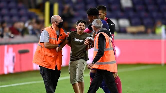 Bizar beeld: jonge fan komt op veld terecht vlak na penaltymisser Refaelov
