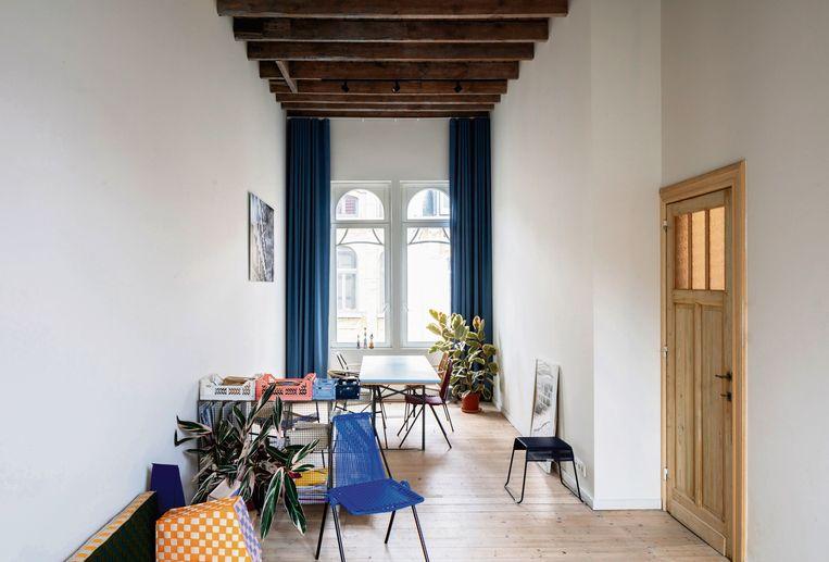 Op de tweede verdieping bevindt zich de showroom met verschillende draadstoelen van de Colombiaanse designer Rafael Zúñiga.
