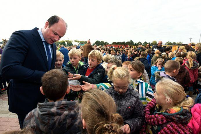 Burgemeester Palmen deelt dropsleutels uit aan de basisschooljeugd van Hilvarenbeek (archieffoto)