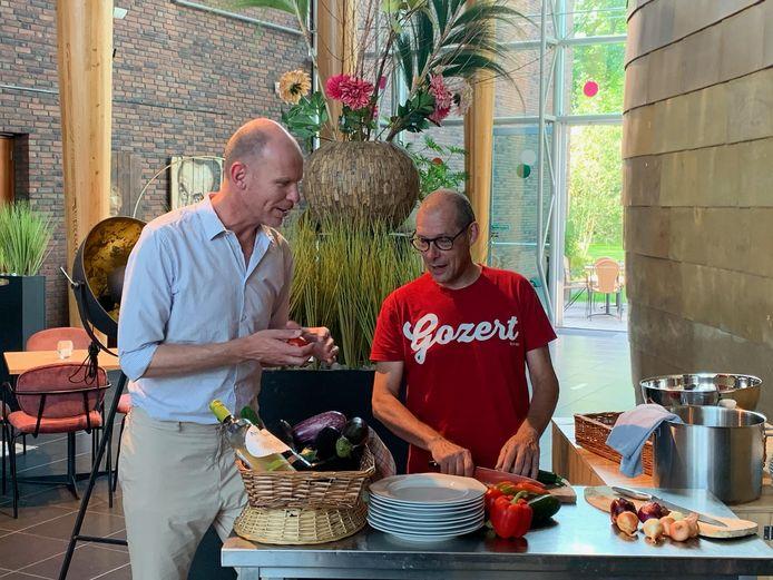 Wim Staessens (links) en Aad Sluijter bereiden de maaltijd alvast voor in Theater Koningshof.