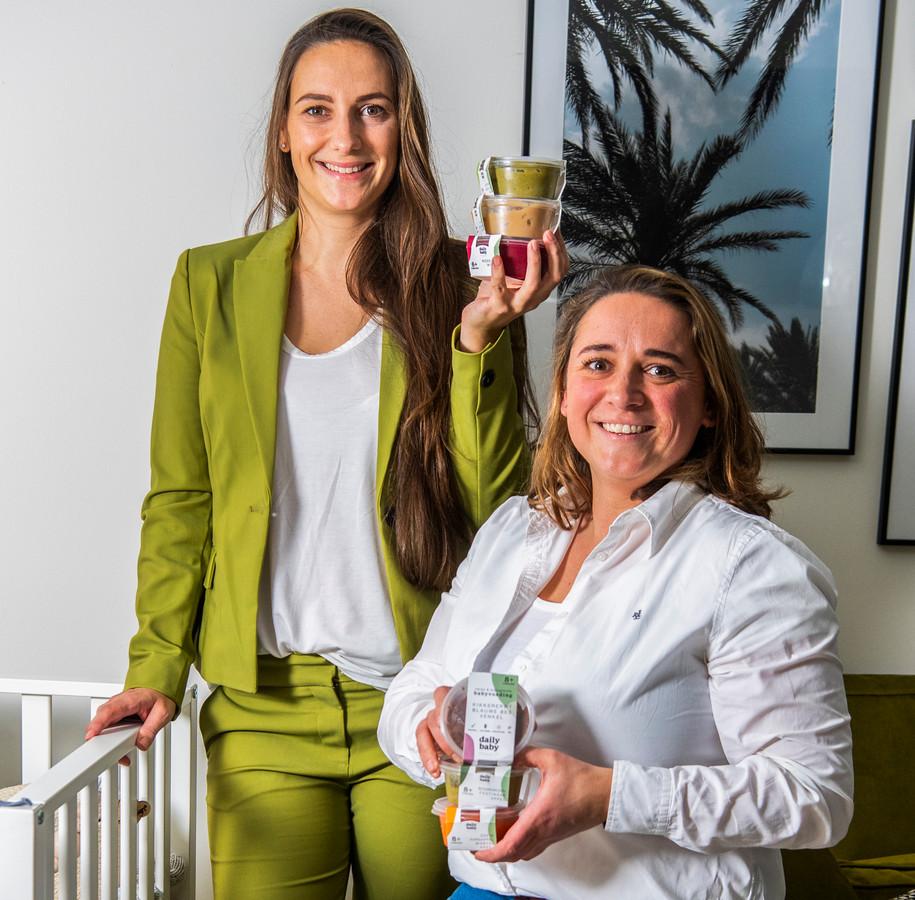 Gaia van Reenen (rechts) en zus Fenna over babyhapjes: ,,Ik zei meteen: 'Oké, als het er niet is, gaan we het toch zelf doen'.''