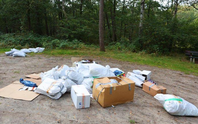 Tientallen zakken gevuld met hennepafval zijn op de picknickplaats aan de Margrietweg in Helvoirt gedumpt.