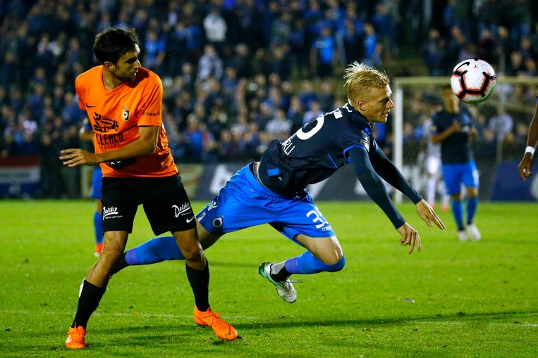 Club Brugge-verdediger Saulo Decarli valt na een duel met doelpuntenmaker Mehdi Tarfi van Deinze. Beeld Photo News