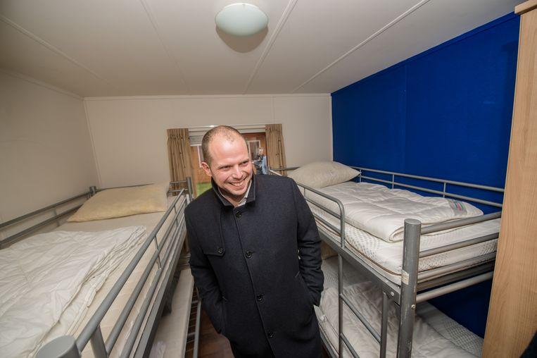 Theo Francken op bezoek in het tijdelijk opvangcentrum in Lommel. Beeld BELGA