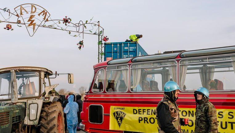ADM dreigt ontruimd te worden, bewoners staan voor de poort. Beeld Marc Driessen