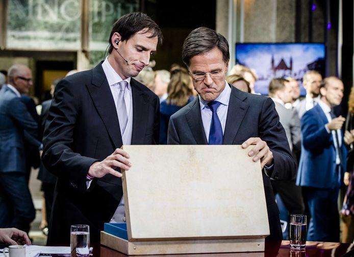 Minister Wopke Hoekstra van Financien en premier Mark Rutte met het beroemde koffertje tijdens Prinsjesdag.