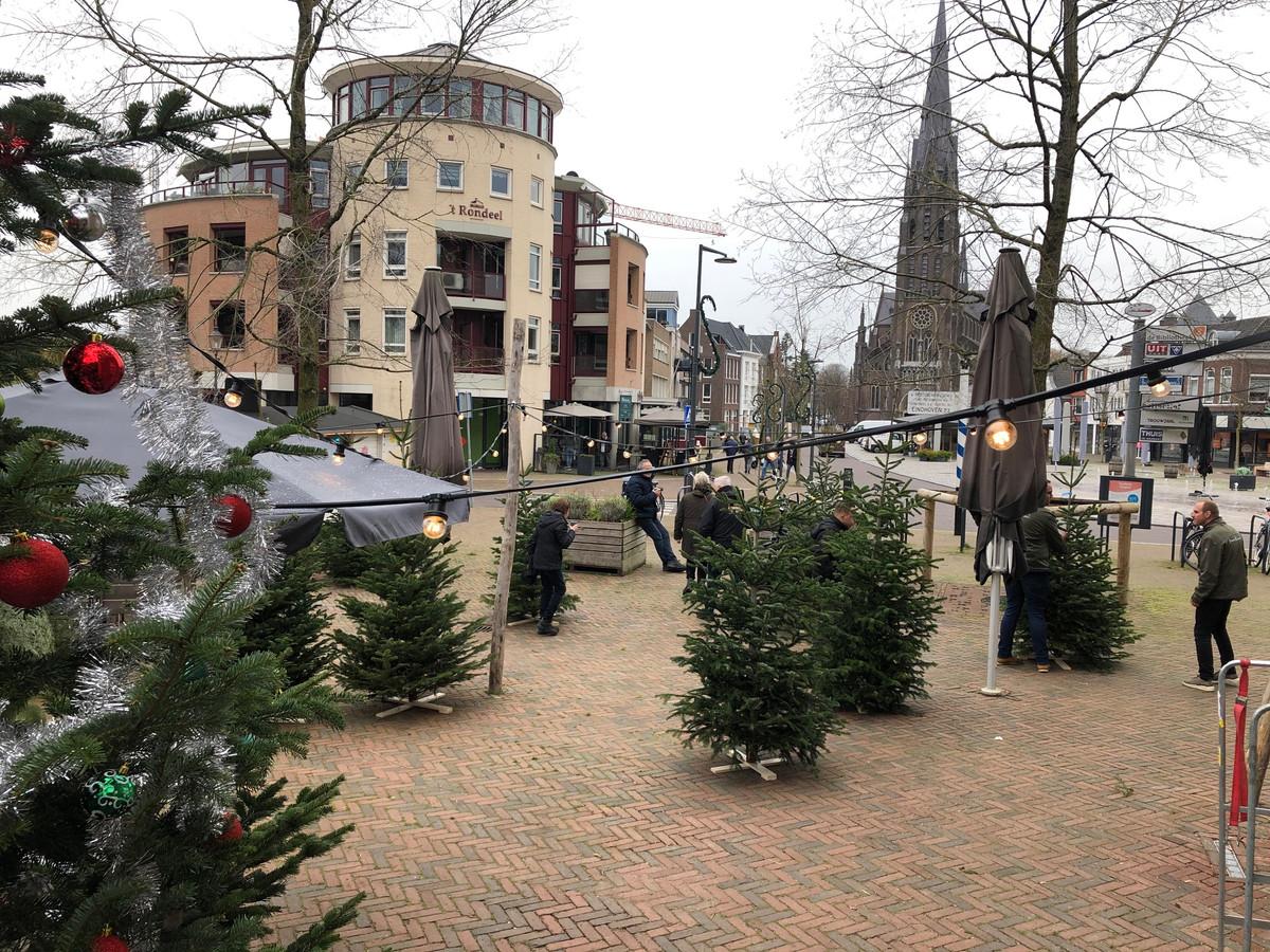 Met de verkoop van kerstbomen blijven de medewerkers van Brownies&downieS toch lekker bezig.