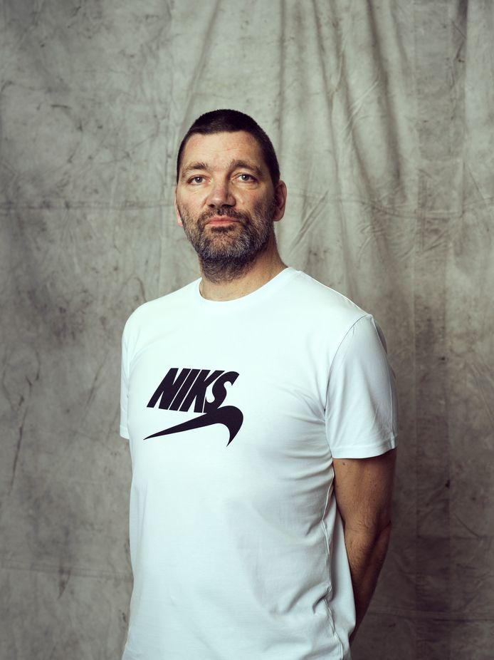 Theo Maassen in een 'Merkwaardig' shirt van Kledingbank Eindhoven.