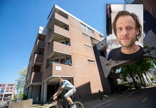 Bewoner Freddie Unlandt op het balkon waarvan hij vorig jaar juni bij de flatbrand werd gered.