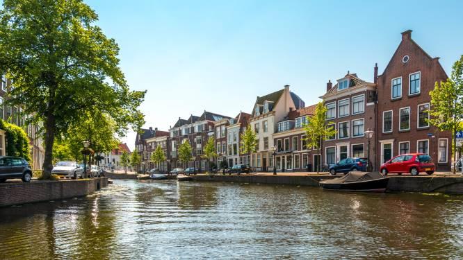 Brandweerduikers zoeken naar persoon te water in Leiden