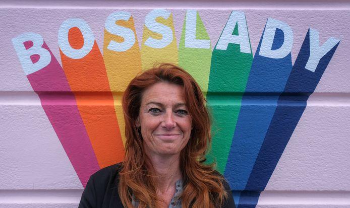 Een nieuwe 'Bosslady' Instawall op een muur van Kopie Koffie. Daar moeten we Kortrijks burgemeester Ruth Vandenberghe bijhalen, dacht vlogger Hannes Coudenys. De foto's werden vrijdagmiddag genomen