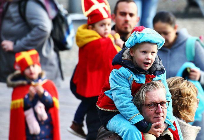 Jonge Sinterklaasfans stromen toe in Apeldoorn