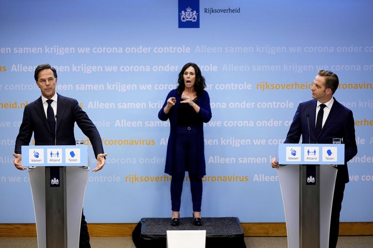 Demissionair premier Mark Rutte en demissionair coronaminister Hugo de Jonge tijdens een extra ingelaste persconferentie vrijdagavond.  Beeld ANP