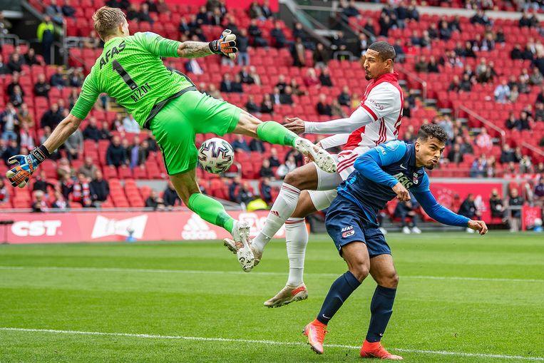 Sebastian Haller is gevaarlijk met een kopstoot, maar keeper Marco Bizot pareert de bal kundig. Beeld Guus Dubbelman / de Volkskrant