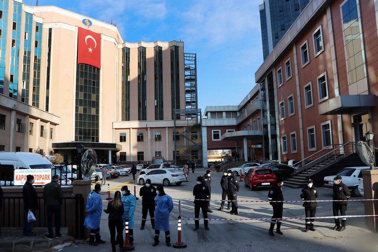 Politie en ziekenhuismedewerkers voor het Sanko University Hospital in Gaziantep Beeld AP